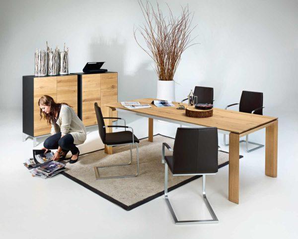 01: Massivholztisch mit Auszug und passendem Sideboard in Asteiche