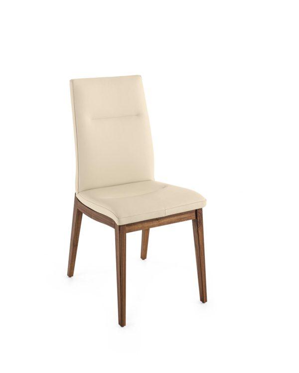01: Stuhl mit Komfortpolsterung lädt zum langen und bequemen Sitzen ein