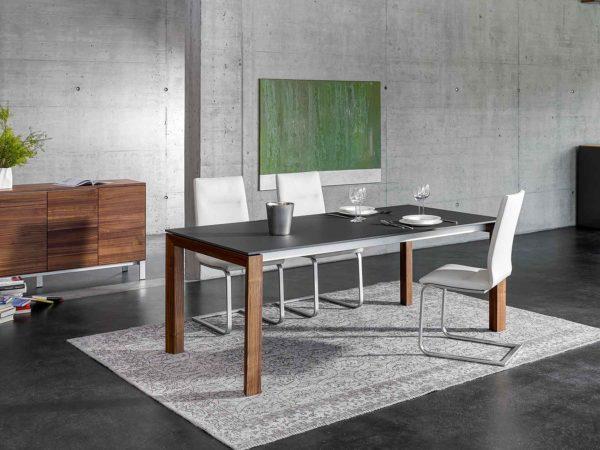 03: Tisch mit 4-Fuss-Gestell in Holz Nussbaum und Tischblatt in strapazierfähigem Keramik