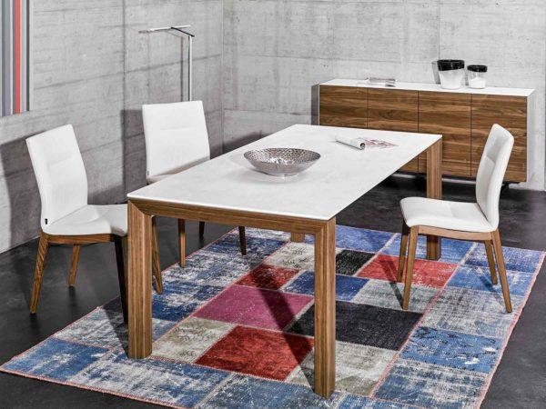 22: Tisch mit Füssen in Holz und Tischblatt in Glas weiss