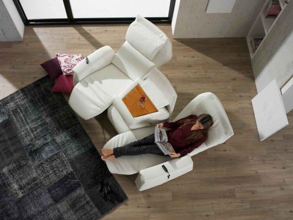 17: Trapez-Sofa mit abklappbarem Mitteilteil, als Tisch für Ihren Drink