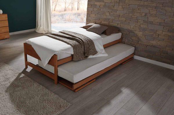 01: Im Handumdrehen und mühelos ist das untere Bett hervorgezogen und aufgestellt