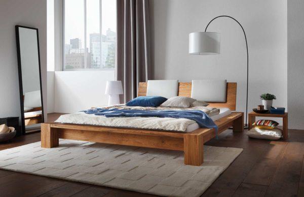 03: Bett in Wildeiche mit massiven Füssen und breiter Bettkante