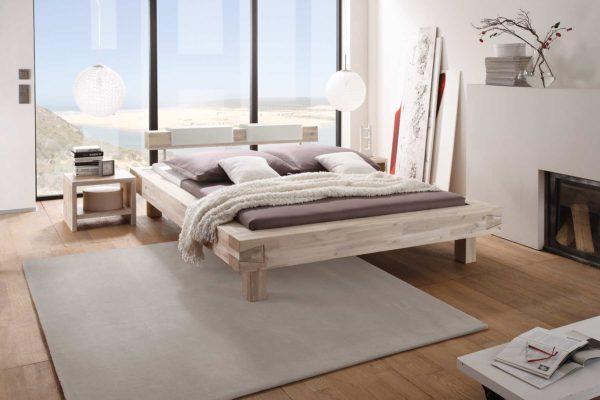 04: Bett mit Balken verzinkt und zurückgesetzten Füssen