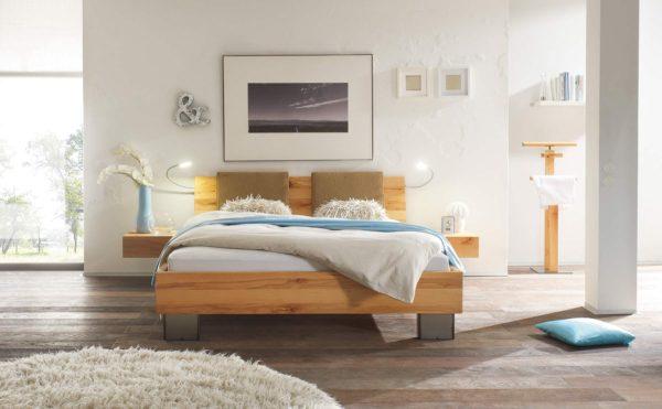 10: Bett in Kernbuche mit schwebenden Nachttischen