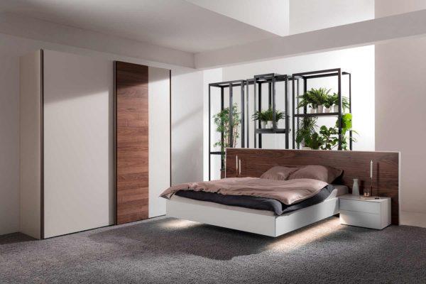 12: Schwebendes Bett mit Kopfpanele in Nussbaum