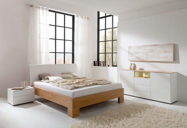 15: Holzbett mit Komforthöhe und gepolstertem Kopfteil, dazu die passende Kommode
