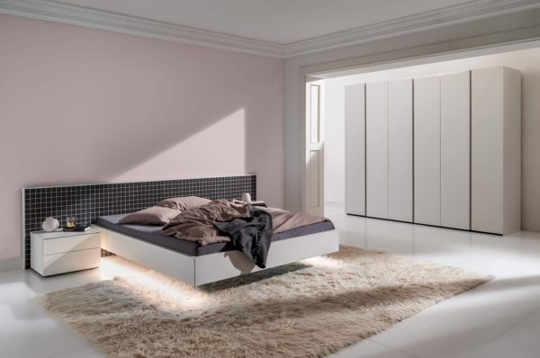 02: Schlafzimmer mit Bett schwebend und Drehtürenschrank 6türig