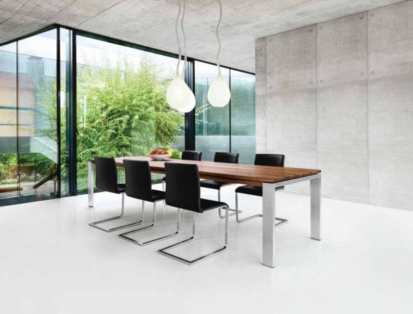 05: Ein Best-Seller: Tisch mit 4-Fuss in Chromnickelstahl mit Auszugsystem bis 320 cm