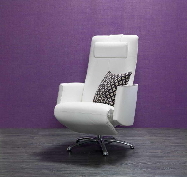 08: Moderner und sehr eleganter Relaxsessel. Extra verlängerte Fussstütze - auch für grosse Personen