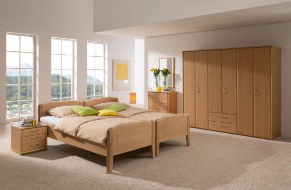 04: Klassisches Schlafzimmer mit 2 Einzelbetten mit Komforthöhe