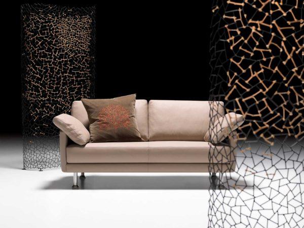 06: Schlichtes, klassisches Sofa mit Handwerksqualität aus Schweizer Manufaktur bis ins kleinste Detail