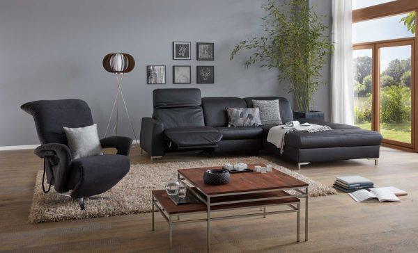 01: Sofa mit Recamiere und elektrisch verstellbarem Fuss- und Kopfteil