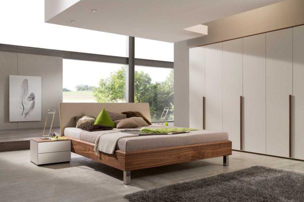 10: Schlafzimmer aus unserer Hit-Liste: Bett mit Komforthöhe erhältlich, Schrank in verschieden Breiten und Materialkombinationen von Holz, über Glas bis zu verschieden Lackfarben