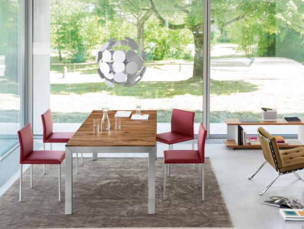 10: Auszugstisch mit Massivholzblatt und Gestell in Chromnickelstahl