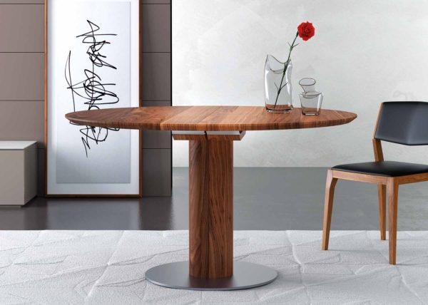 27: Runder Tisch in Nussbaum mit rundem Säulenfuss und Bodenplatte in Stahl