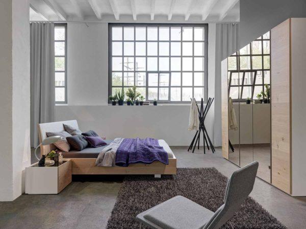 09: Schlafzimmer mit Schwebebett und Schrank 5türig mit 3 Spiegelfronten