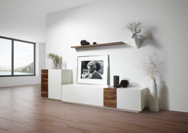 22: Moderne Wohnkombination in weiss mit Einzelelementen in Nussbaum