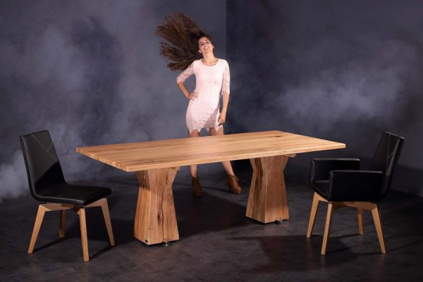 16: Tisch aus 100jährigem Sumpfeichen-Holz