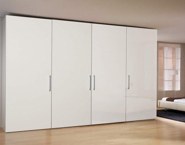 19: Schrank mit extra breiten Türen, Griffe nach Wahl
